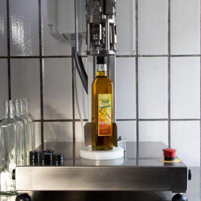 bauernkraft-rapsöl-flaschen-verschliessen